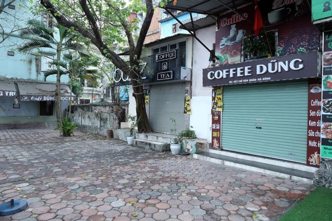 Cácquán cà phê tại khu đô thị Văn Quán, quận Hà Đông đóng cửa để phòng dịch COVID-19 (Ảnh chụp lúc 8 giờ 50 phút). Ảnh: Phan Tuấn Anh/TTXVN