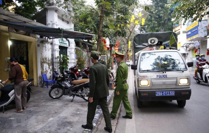 Lực lượng công an phườngHãng Mãra quân đề nghị các hộ kinh doanh đóng cửa quán ăn đường phố, trà đá, cà phê.Ảnh: Doãn Tuấn/TTXVN
