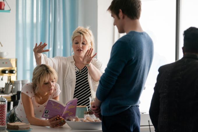 Emerald Fennell tận tình hướng dẫn dàn diễn viên chính trên phim trường