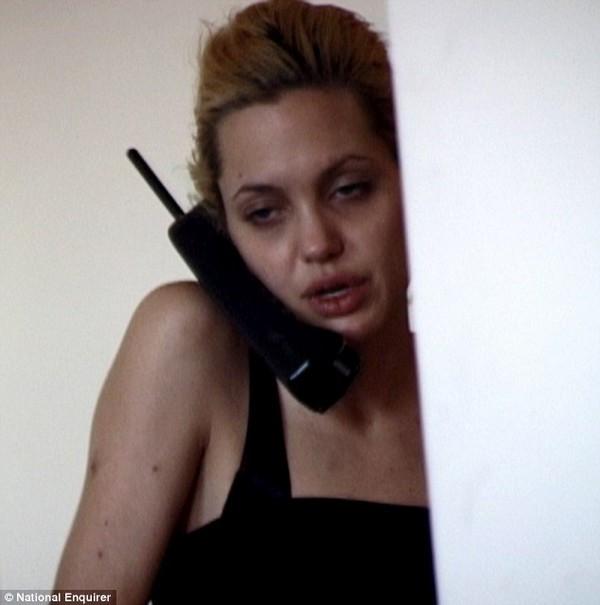 Đôi mắt lờ đờ và cánh tay chằng chít vết tiêm ma túy của Angelina Jolie.