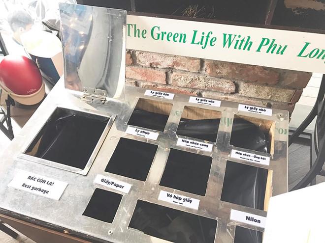 Hình ảnh cnhiều ô phân loại rácnhưng bên dưới chỉ có 1 túi rác lớn đựng tất cả được khách hàng ghi lại. Ảnh: Daisy Nguyen.