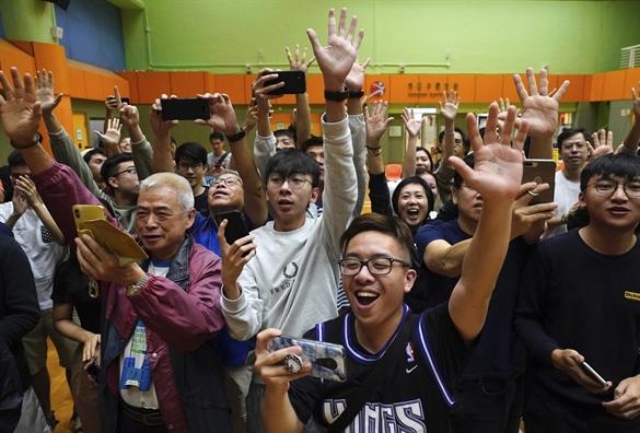 """Báo SCMP viết: """"Một đêm ngon giấc cho các nhà lập pháp dân chủ tái tranh cử Hội đồng quận!""""."""