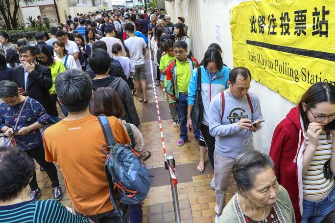 Người dân xếp hàng tham gia bỏ phiếu