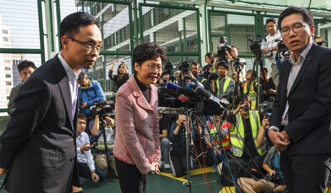 Đặc khu trưởng Hồng Kông Carrie Lam tại một điểm bỏ phiếu