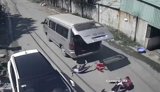 học sinh tiểu học văng xuống đường khi xe đưa rước đang chạy, nhà trường nói gì?