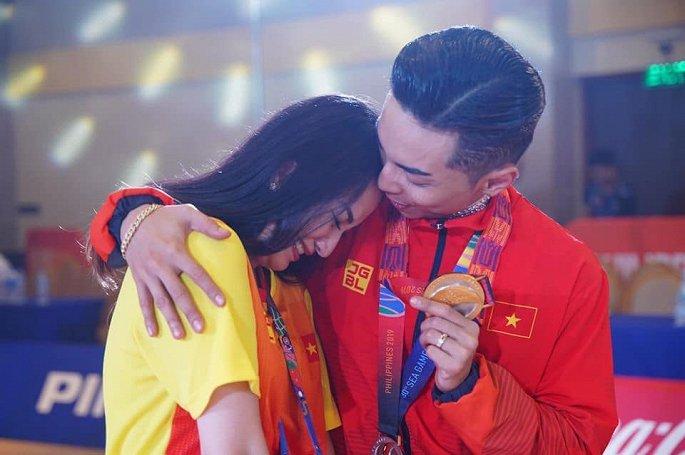 Nữ hoàng dance sport Khánh Thi xúc động khi chồng dành HCV