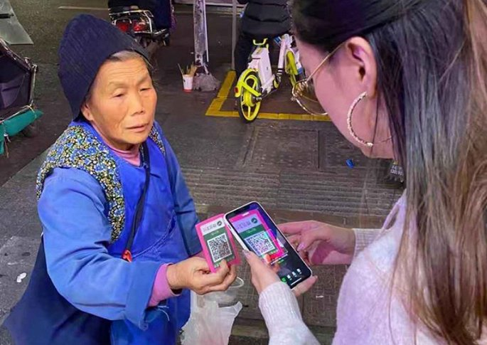 Người ăn xin ở Trung Quốc nhận tiền bố thí qua ứng dụng điện tử.