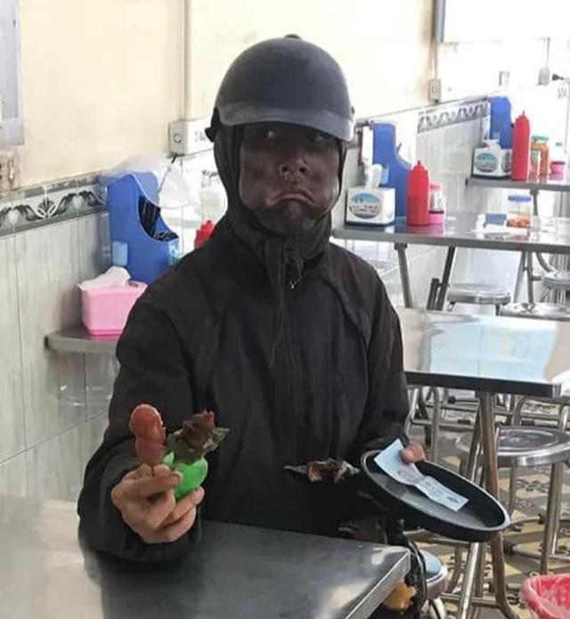 Công an xác minh người đàn ông bôi mặt đen, xin tiền