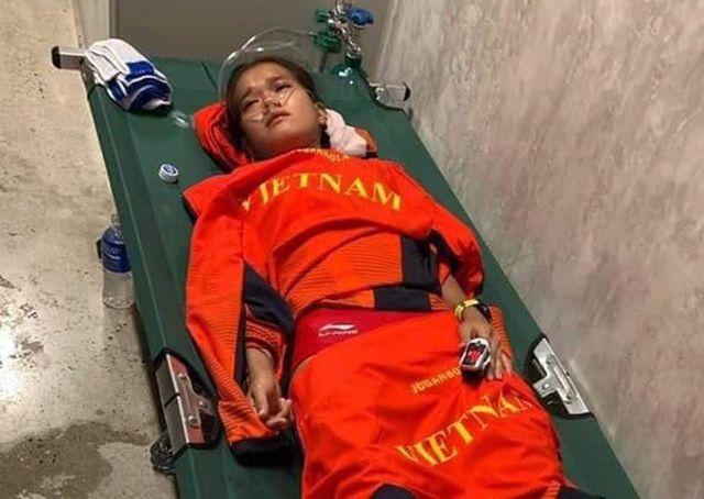 Vận động viên điền kinh Phạm Thị Hồng Lệ phải thở oxy sau khi về đích