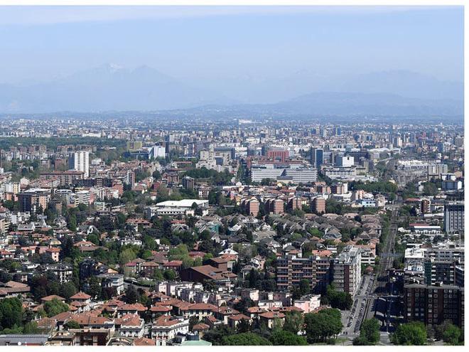 Người dân Milan đã có thể nhìn thấy rõ dãy Alps từ xa (Ảnh: Reuters)