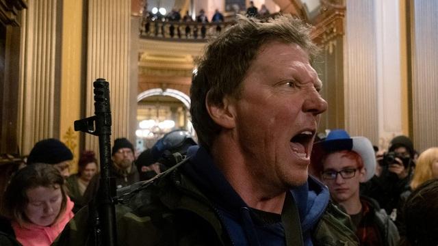 Người biểu tình mang súng xông vào tòa nhà nghị viện bang Michigan (Ảnh: Reuters)