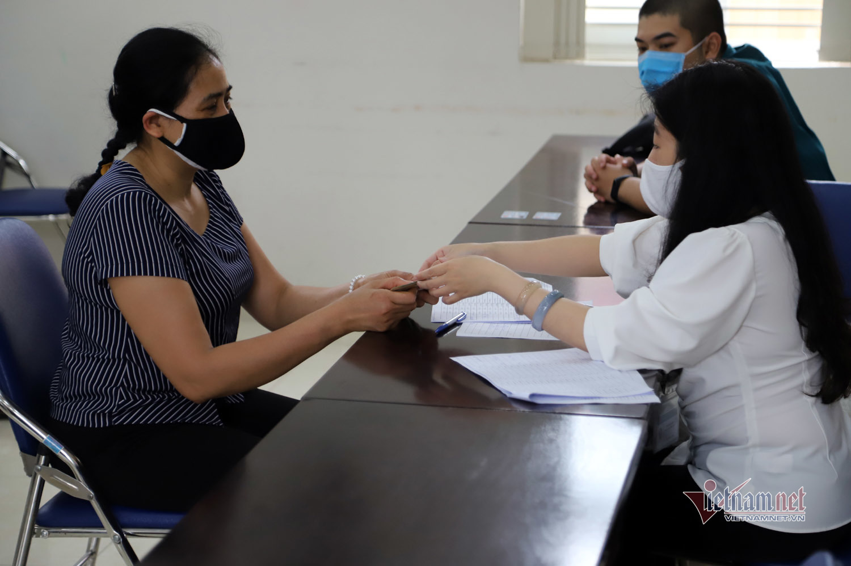 Hàng trăm nghìn người Hà Nội vui mừng nhận hỗ trợ từ gói 62.000 tỷ đồng