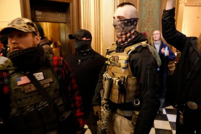Nhiều người biểu tình mang theo vũ khí để phản đối lệnh phong tỏa (Ảnh: AFP)