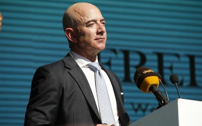 Tỉ phú Jeff Bezos thuộc tập đoàn Amazon