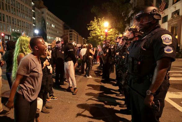 Người biểu tình vụ George Floyd tại khu vực gần Nhà Trắng ở thủ đô Washington tối 30-5 (giờ Mỹ) - Ảnh: REUTERS