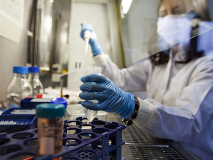 Cựu lãnh đạo tình báo Anh nói virus gây Covid-19 bắt nguồn từ phòng thí nghiệm