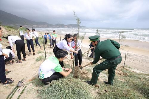 Các học sinh, đoàn viên thanh niên, chiến sĩ bộ đội cùng tham gia trồng cây trong chương trình Quỹ trao tặng 110.000 cây xanh tại tỉnh Bình Định.