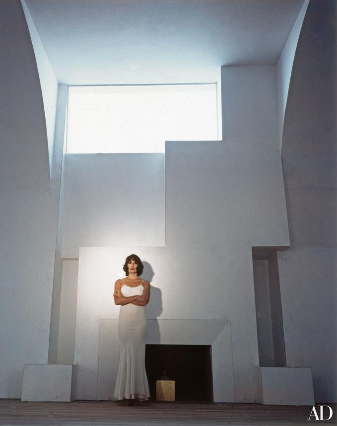 Anjelica Huston trong ngôi nhà do chồng cô, nhà điêu khắc Robert Grahamat thiết kế tại Venice, California hồi tháng 4/1996.