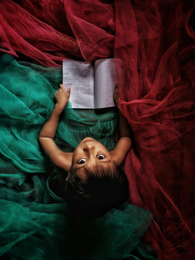 Đọc sách trước khi ngủ. Ảnh: Robert Marrel Dela Vega (Philippines)
