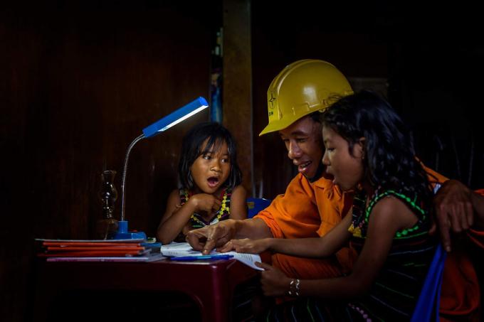 Hai bé gái ngạc nhiên từ bài học của anh thợ điện. Ảnh: Đỗ Tuấn Ngọc