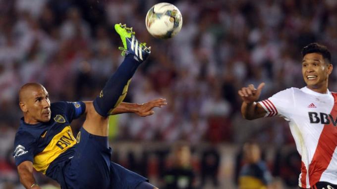 Trận đấu giữa hai đối thủ Boca Juniors và River Plate được đánh giá là đem lại nhiều cảm xúc nhất, ranh giới giữa hấp dẫn và kinh hãi khi theo dõi trận bóng khá mong manh. Cổ động viên hai đội được biết đến là những kẻ chuyên xịt hơi cay.