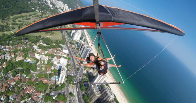 Ngắm cảnh thành phố từ máy quay trên cao trở nên quá tầm thường khi bạn có thể trực tiếp trải nghiệm cảm giác bay lượn trên không (Ảnh:getyourguide).
