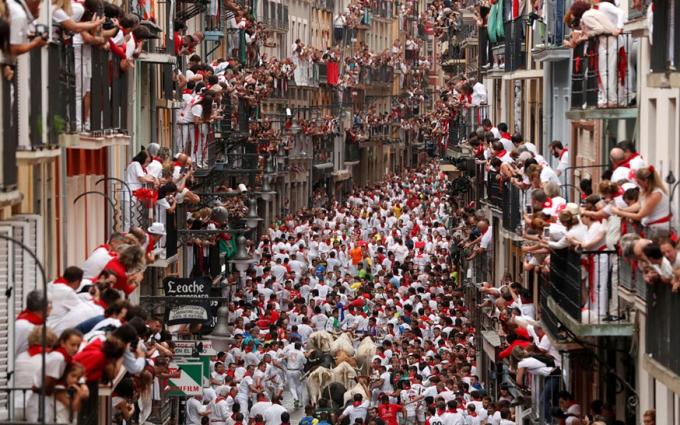 Lễ hội diễn ra vào tháng 7, khoảng hơn 1.000 người tham dự trong lễ hội thường niên ở Pamplona. Những người này sẽ phải cố gắng chạy khỏi những chú bò tót đang lao về phía mình trên một quãng đường được định sẵn. Lượng người bị thương không ít. Năm 2019 có 35 người bị thương. Ảnh: Reuters