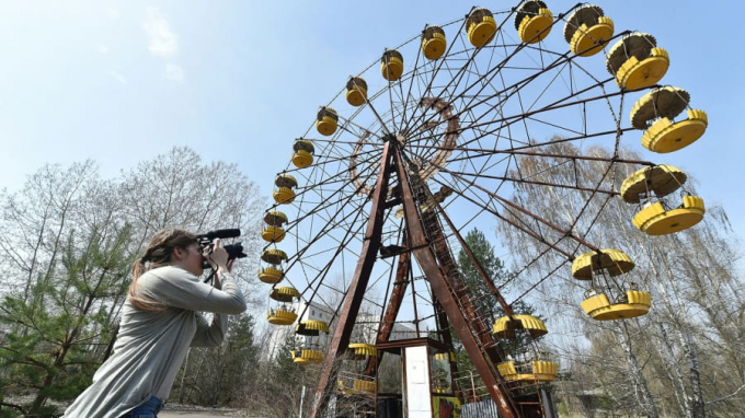 Nhà máy điện hạt nhân Chernobyl cùng thành phố ma Pripyat gần kề đã bất ngờ trở thành tụ điểm hấp dẫn đối với khách du lịch sau hơn 3 thập kỷ diễn ra thảm họa hạt nhân vào năm 1986. Chiếc vòng quay đã hoen rỉ tại công viên nơi đâylàmột bằng chứng cho một thành phố náo nhiệt bỗng trở nên câm lặng bởi thảm họa, là điểm check-in yêu thích của du khách.