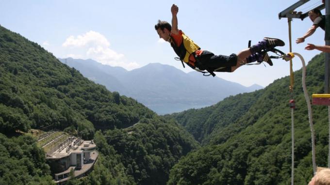"""Tại đây bạn có cơ hội nhảy bungee từ độ cao 220m ở Ticino như điệp viên Bond trong phim """"GoldenEye"""""""