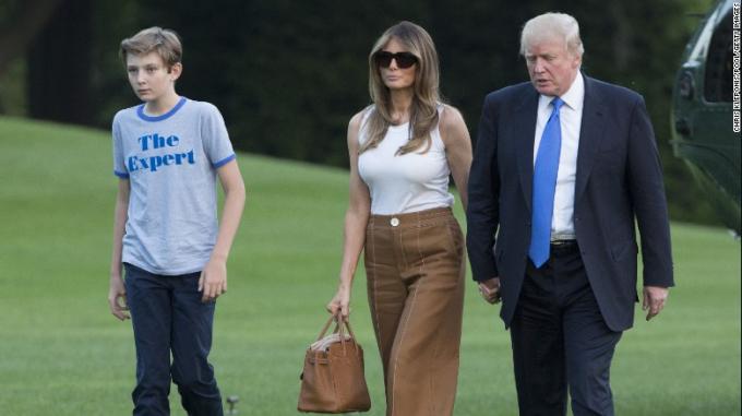 Vợ chồng Tổng thống Trumpvà con trai (Ảnh: CNN)