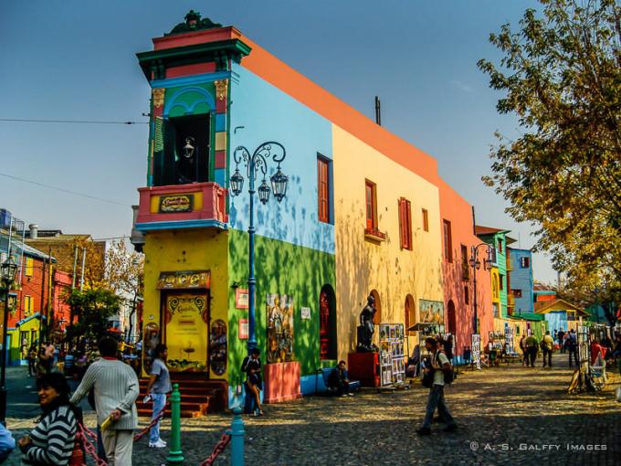 Là tụ điểm đầy màu sắc trong thành phố, Caminito là một khu bảo tàng đường phố trưng bày những tác phẩm của các nghệ sĩ trong vùng (Ảnh: A. S. Galfy Images).