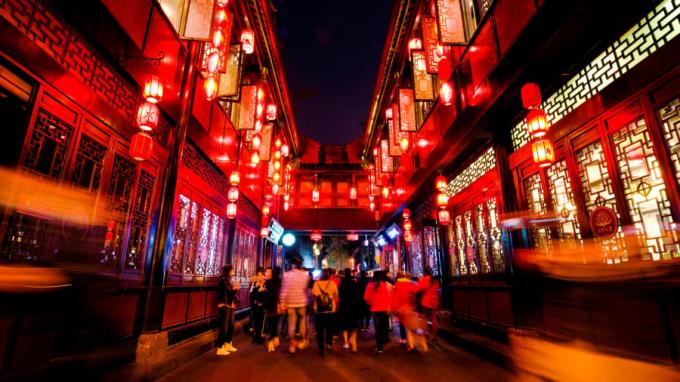 Là con phố mua sắm lâu đời thuộc tỉnh Tứ Xuyên, nơi đây mang đậm phong cách triều nhà Thanh với những căn nhà gỗ cùng dàn đèn lồng đỏ với những biển chỉ dẫn cổ kính (Ảnh: CNN)