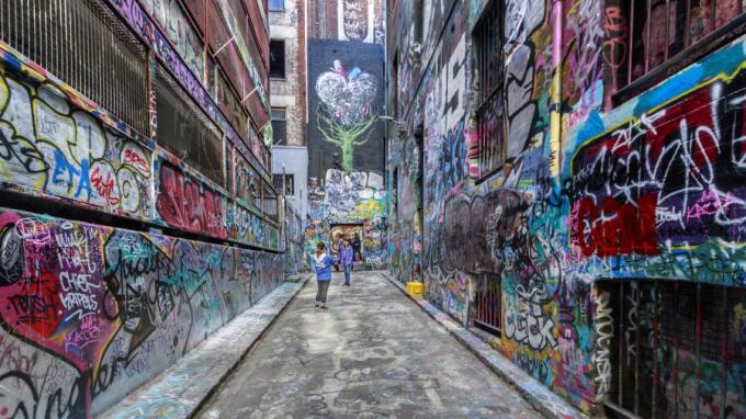 Nổi tiếng thế giới với nghệ thuật đường phố, những bức tường khu Hosier Lane được bao phủ bởi các tác phẩm của nghệ sĩ từ khắp nơi trên thế giới (Ảnh: CNN).