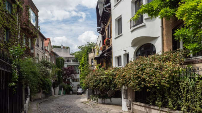 Rất dễ bỏ qua lối vào con đường rải sỏi này, thế nhưng những ngôi nhà phủ bởi những chùm cây leo nơi đây là một trong những kiến trúc tinh tế nhất ở thủ đô nước Pháp (Ảnh: CNN).
