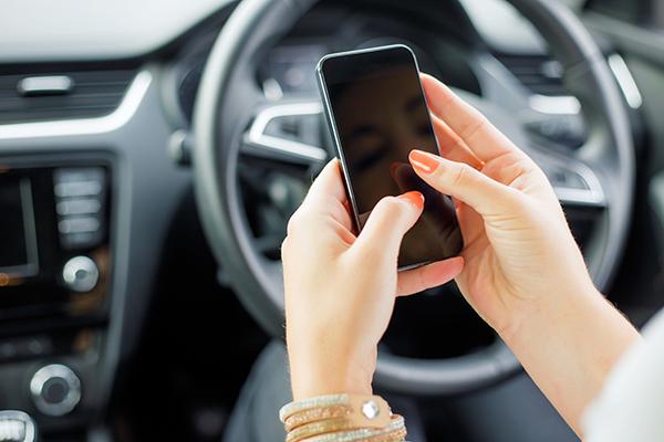 Sao nhãng khi sử dụng điện thoại thường gây những hậu quả đáng tiếc (Ảnh minh họa)