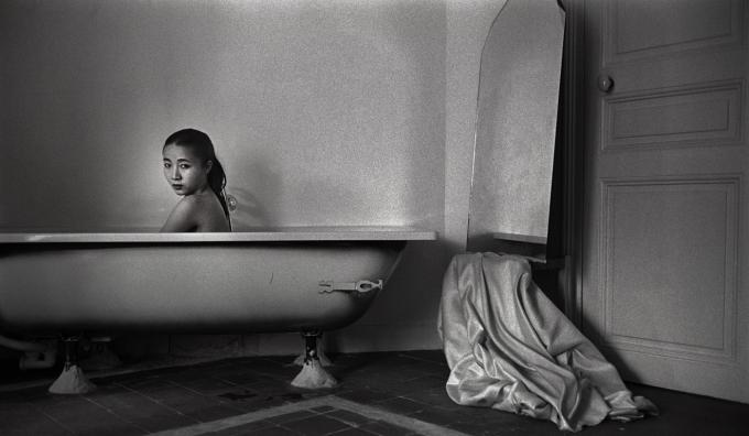 Hu Yuanli Au Bain, Paris, 1992 (Ảnh: Zhang Hai'er).