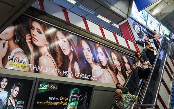 Không khó để thấy những quảng cáo làm trắng da như thế này tại Thái (Ảnh:m-louis/flickr)