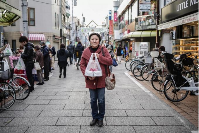 Bà Lizuka, 59 tuổi mua hai hộp gà KFC để ăn vào dịp Giáng Sinh tại Tokyo. Tại Nhật Bản, người dân thường dành cho gia đình một buổi tối lãng mạn ăn bánh kem và gà rán KFC trong bữa tối (Ảnh: Taro Karibe/ Getty).