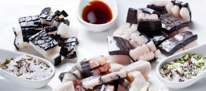 Mattak, món ăn truyền thống trong lễ Giáng Sinh, gồm da và mỡ cá voi được người dân Greenland ăn sống như sushi (Ảnh:mamarisavut).