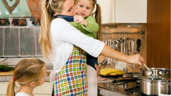 Việc người mẹ quá bận với việc nhà khi ở bên con cũng có tác động xấu tới tâm sinh lý của con (Ảnh minh họa)