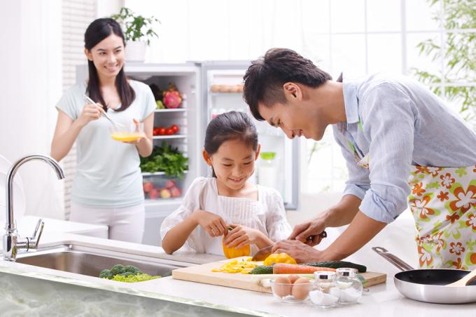 Ngày nay, việc đàn ông mặc tạp dề vào bếp phụ vợ không còn được coi là