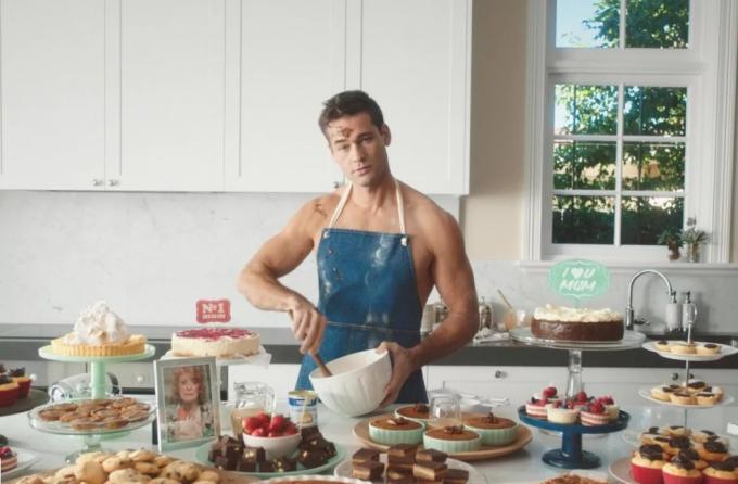 Việc vào bếp đối với đàn ông phương Tây hết sức bình thường (Ảnh minh họa)