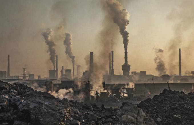 Chúng ta cần cắt giảm lượng khí thải carbon toàn cầu xuống 50% vào năm 2030 (Ảnh: Kevin Frayer/Getty Images).