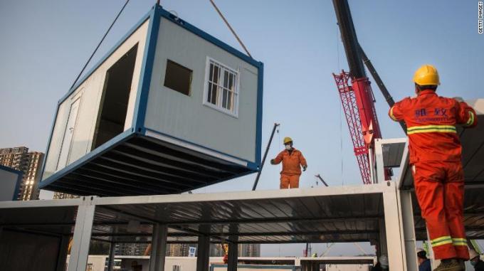 Các căn dựng sẵn được cần cẩu đưa vào vị trí trong quá trình xây dựng bệnh viện Hỏa Thần Sơn