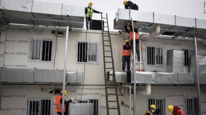 Hàng ngàn nhân công làm việc ngày đêm để hoàn thành bệnh viện trong 10 ngày
