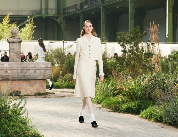 Người mẫu trình diễn sản phẩm của Chanel trong show diễnWomen's Spring-Summer 2020/2021 Haute Couture tạiGrand Palais, Paris hôm 21/1/2020 (Ảnh:Christophe Archambault/AFP/Getty Images).