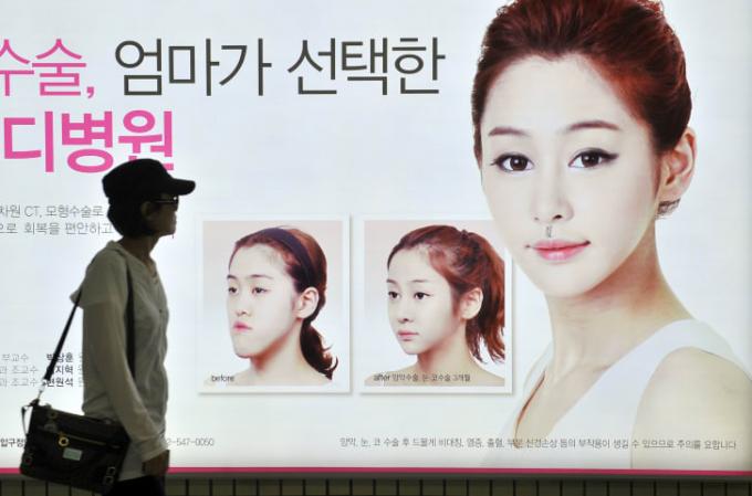 Biển quảng cáo phẫu thuật cằm tại một trạm tàu điện ngầm ở Seoul (Ảnh:Jung Yeon-Je/ AFP/GettyImages).