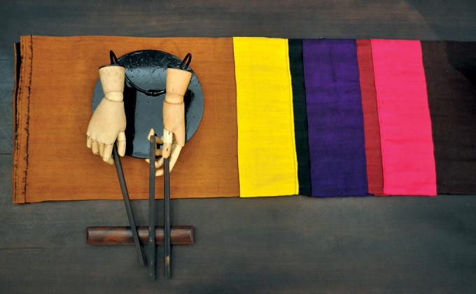 Tác phẩm trong triển lãm sắp đặt của họa sĩ Đặng Thị Khuê.