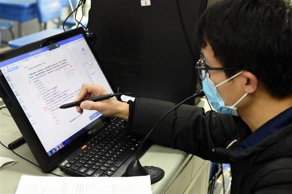 Làm việc từ xa là giải pháp được chính phủ khuyến khích khi đại dịch bùng phát.