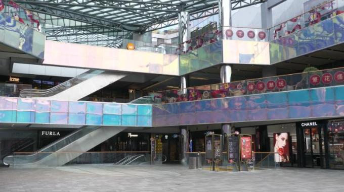 Một trung tâm thương mại vắng bóng người ở Bắc Kinh.